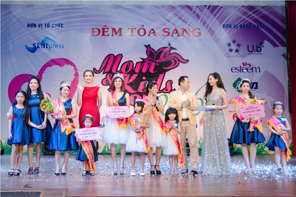 Diem Huong va Tien si Huynh Van Son trao giai quan quan