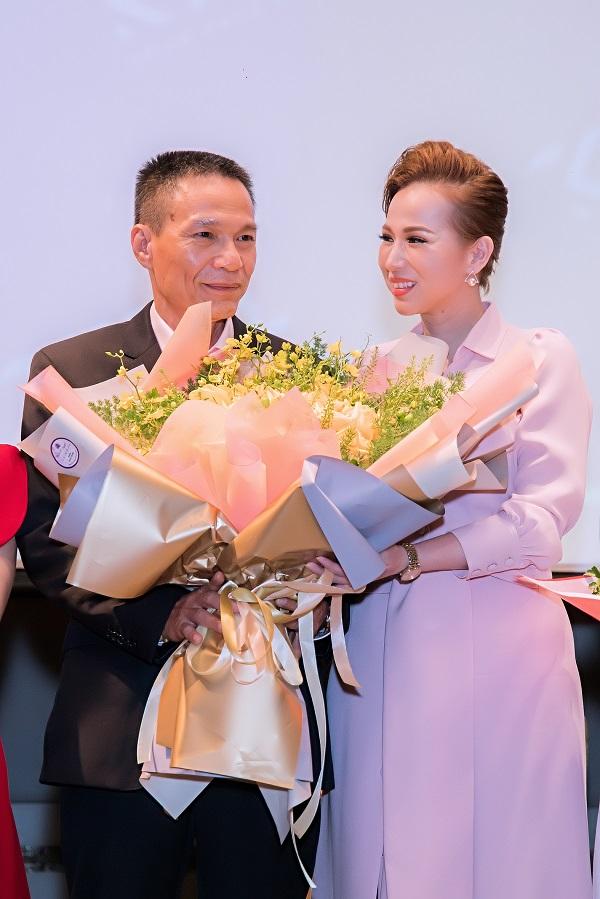 Vợ chồng CEO Liên Kim Linh tình tứ sau buổi họp báo ra mắt sản phẩm Oshine Serum