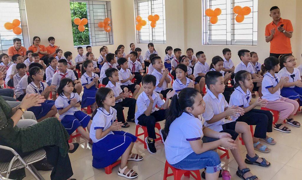 Các em học sinh háo hức xem phim 1
