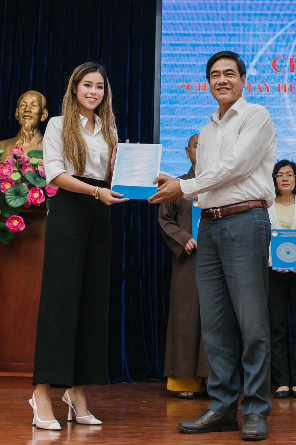 Tien Nguyen trao tien tu thien