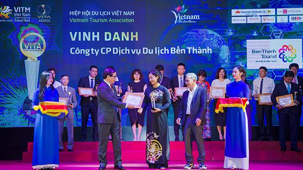 Bà Huỳnh Thanh Hương - GĐ Trung tâm Du lịch Nước ngoài BenThanh Tourist nhận giải thưởng