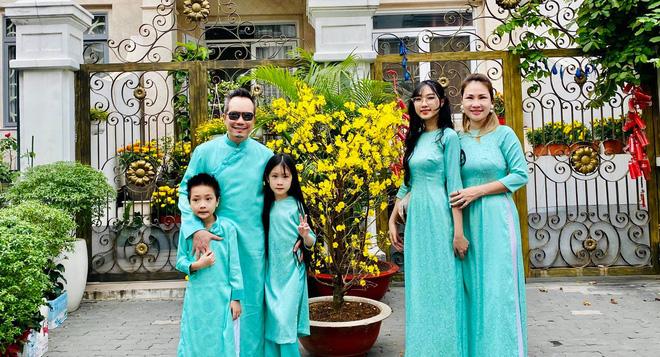 Hình ảnh hạnh phúc của Jimmii Nguyễn bên vợ và 3 người con - Ảnh 2.