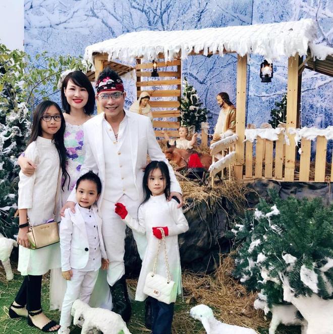 Hình ảnh hạnh phúc của Jimmii Nguyễn bên vợ và 3 người con - Ảnh 1.