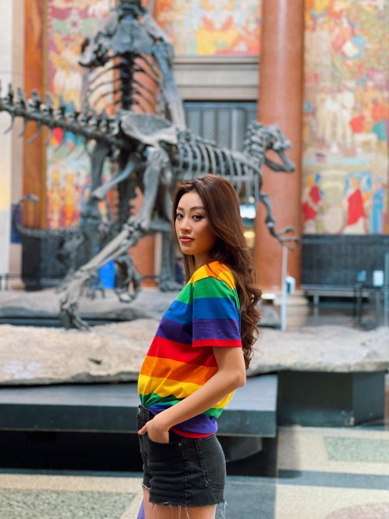 Hoa hau Khanh Van va outfic thang LGBT14