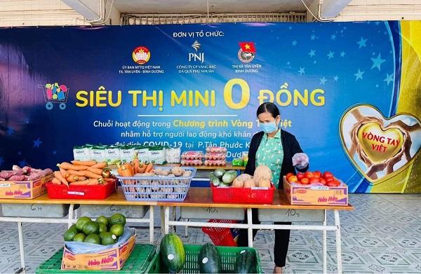Người dân mua hàng hóa thiết yếu tại Siêu Thị Mini 0 Đồng