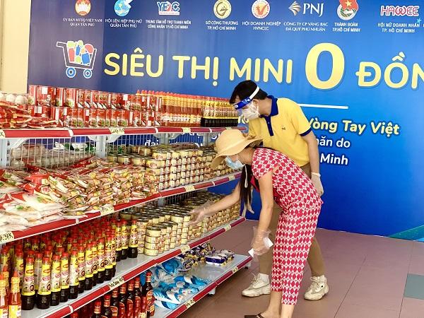 TNV hỗ trợ người dân mua sắm tại Siêu thị Mini 0 đồng